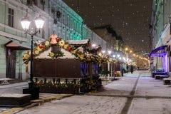Opinión de la noche de la calle en los días de fiesta del Año Nuevo Imagenes de archivo