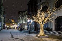 Opinión de la noche de la calle en los días de fiesta del Año Nuevo Foto de archivo