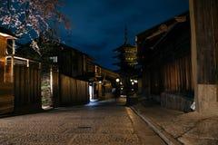 Opinión de la noche de la calle de la pagoda y de Sannen Zaka de Yasaka en Kyoto, Japón fotos de archivo libres de regalías