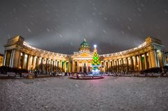Opinión de la noche de la catedral de Kazán en St Petersburg en el Año Nuevo del invierno Foto de archivo