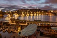 Opinión de la noche Charles Bridge famoso, castillo del río de Moldava y de Praga praga checo Foto de archivo libre de regalías