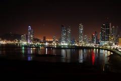 Opinión de la noche de ciudad de Panamá, Panamá imagen de archivo