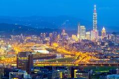 Opinión de la noche de la ciudad de Taipei por el río Imágenes de archivo libres de regalías