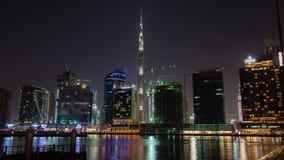 Opinión de la noche con el time lapse de Dubai de la bahía del negocio de la reflexión almacen de video
