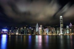 Opinión de la noche con la reflexión de Victoria Harbour, Hong Kong Imágenes de archivo libres de regalías
