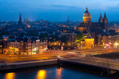 Opinión de la noche de Amsterdam Foto de archivo libre de regalías
