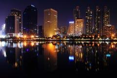 Opinión de la noche de Bangkok del parque de Benchakitti en el distrito financiero Imagen de archivo