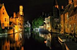 Opinión de la noche de Brujas con un canal y un edificio viejo, Bélgica Foto de archivo libre de regalías