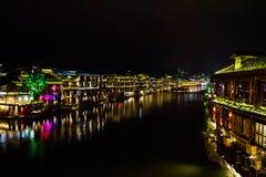Opinión de la noche de FengHuang una pequeña ciudad en la China media Imagen de archivo