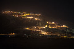 Opinión de la noche de Jebel Hafeet y el camino encendido, Al Ain, UAE Fotografía de archivo libre de regalías