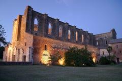 Opinión de la noche de la abadía de St. Galgano por noche Fotos de archivo libres de regalías