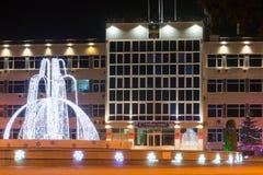 Opinión de la noche de la administración de la ciudad del centro turístico de Anapa y de la fuente en el ` s h del Año Nuevo Imagen de archivo
