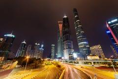 Opinión de la noche de la avenida y de los rascacielos del siglo en Shangai, China Fotos de archivo