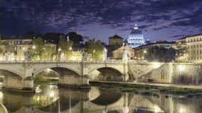 Opinión de la noche de la bóveda del Vaticano con las nubes Imagenes de archivo