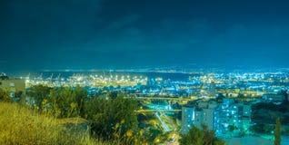 Opinión de la noche de la bahía de Haifa y del puerto Fotos de archivo