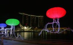 Opinión de la noche de la bahía de Singapur Fotos de archivo