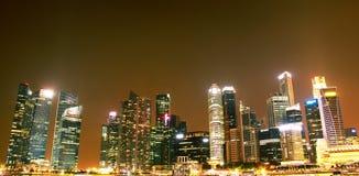 Opinión de la noche de la bahía del puerto deportivo de Singapur Fotos de archivo