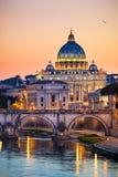 Opinión de la noche de la basílica San Pedro en Roma, Italia Foto de archivo
