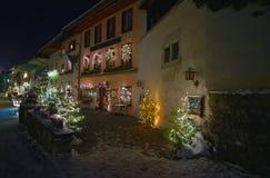 Opinión de la noche de la calle principal en el pueblo suizo Gruyeres, Swi Imagen de archivo