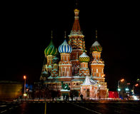 Opinión de la noche de la catedral de la albahaca del St. en Moscú Foto de archivo