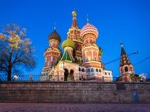 Opinión de la noche de la catedral de la albahaca del St, Moscú Imagenes de archivo