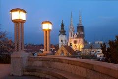 Opinión de la noche de la catedral de Zagreb foto de archivo