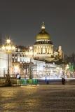 Opinión de la noche de la catedral del St Isaac en la ciudad de St Petersbur Fotografía de archivo