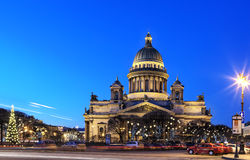 Opinión de la noche de la catedral del St Isaac en St Petersburg, Rusia Fotos de archivo
