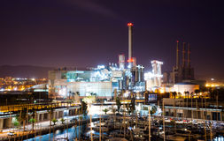 Opinión de la noche de la central eléctrica y del puerto fotografía de archivo