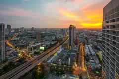 Opinión de la noche de la ciudad de Bangkok con el cielo agradable Foto de archivo libre de regalías