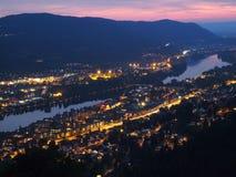 Opinión de la noche de la ciudad de Drammen en Noruega Imagenes de archivo