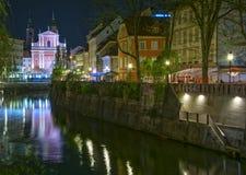 Opinión de la noche de la ciudad de Ljubljana, Eslovenia imagen de archivo