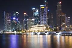 Opinión de la noche de la ciudad de Singapur Imagenes de archivo