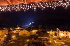 Opinión de la noche de la cuesta del esquí en el valle de Fiemme, Trentino, Italia Imagenes de archivo