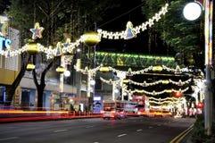 Opinión de la noche de la decoración de la Navidad Foto de archivo
