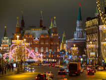 Opinión de la noche de la decoración de la Navidad y del Año Nuevo en la calle de Tverskaya Imágenes de archivo libres de regalías