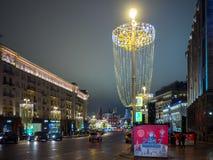Opinión de la noche de la decoración de la Navidad y del Año Nuevo en la calle de Tverskaya Imagen de archivo