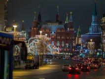 Opinión de la noche de la decoración de la Navidad y del Año Nuevo en la calle de Tverskaya, cuadrado de Manezhnaya Imagenes de archivo