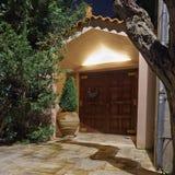 Opinión de la noche de la entrada de la casa, Atenas Grecia foto de archivo