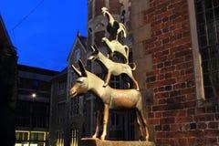 Opinión de la noche de la estatua medieval del cuento de hadas de Bremen Imagen de archivo libre de regalías