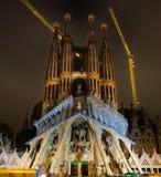 Opinión de la noche de la fachada de la pasión de la catedral de Sagrada Familia en barra Fotografía de archivo libre de regalías