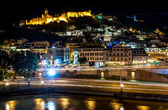 Opinión de la noche de la fortaleza de Narikala y de la ciudad vieja de Tbilisi Imagen de archivo libre de regalías