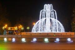 Opinión de la noche de la fuente en la ciudad de vacaciones de la administración de Anapa durante el día de fiesta del Año Nuevo Imagen de archivo libre de regalías