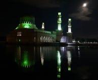 Opinión de la noche de la mezquita con la luna Fotos de archivo libres de regalías