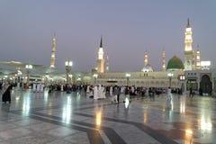 Opinión de la noche de la mezquita de Nabawi, Medina, la Arabia Saudita fotografía de archivo