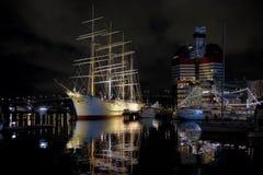Opinión de la noche de la nave Vikingo en Gothenburg Imagenes de archivo