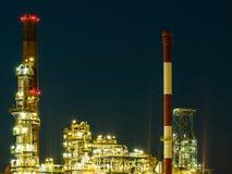 Opinión de la noche de la planta petroquímica de la refinería imagenes de archivo
