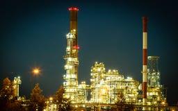 Opinión de la noche de la planta petroquímica de la refinería Foto de archivo libre de regalías