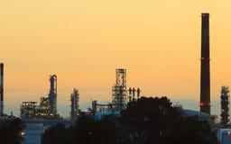 Opinión de la noche de la planta petroquímica de la refinería imagen de archivo libre de regalías