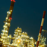 Opinión de la noche de la planta petroquímica de la refinería fotos de archivo